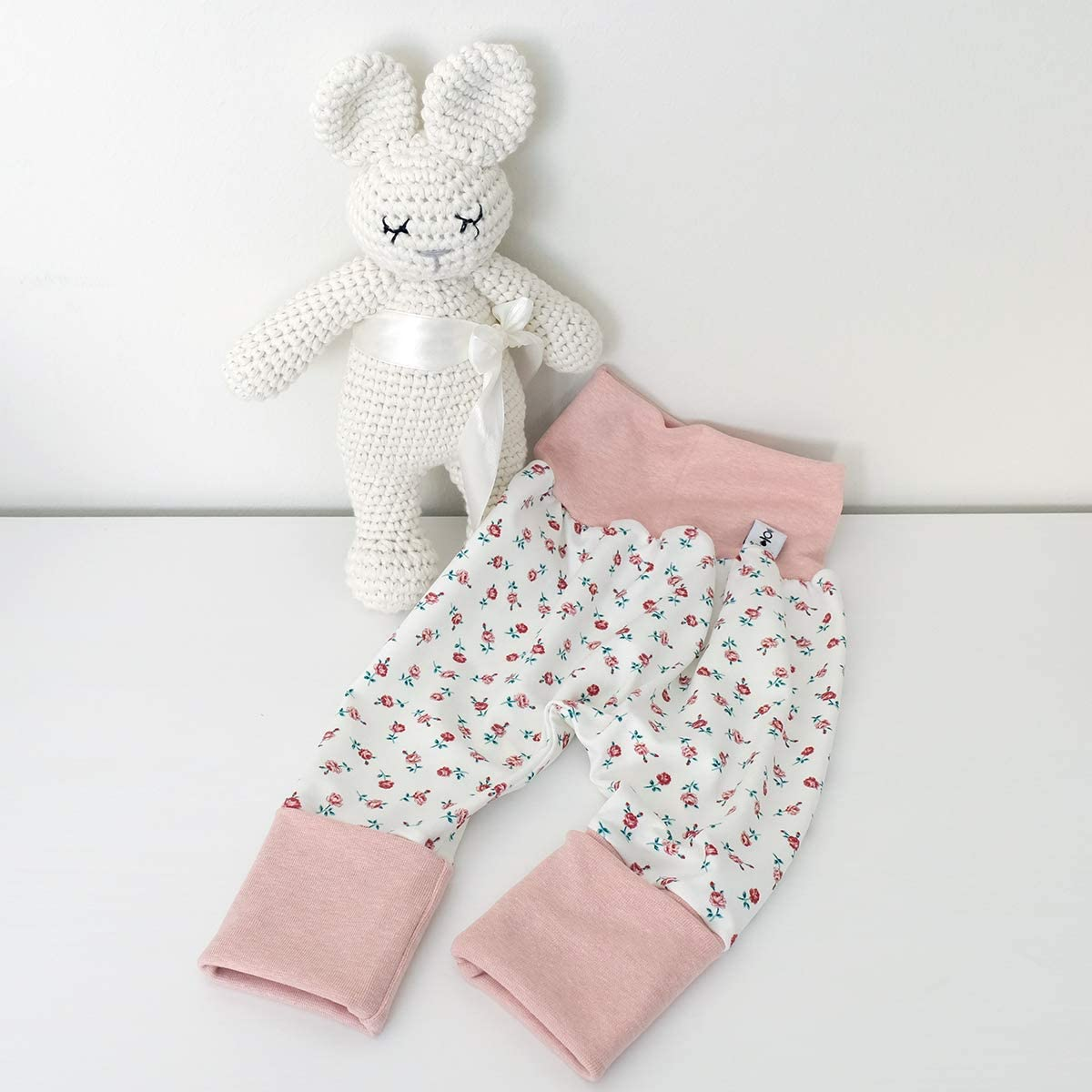 Babystrampler Neugeborenen Strampler in Mitwachsgr/ö/ßen handgefertigt in Deutschland Rose Melange Strampler Cremewei/ß Rosen Schleife Wei/ß