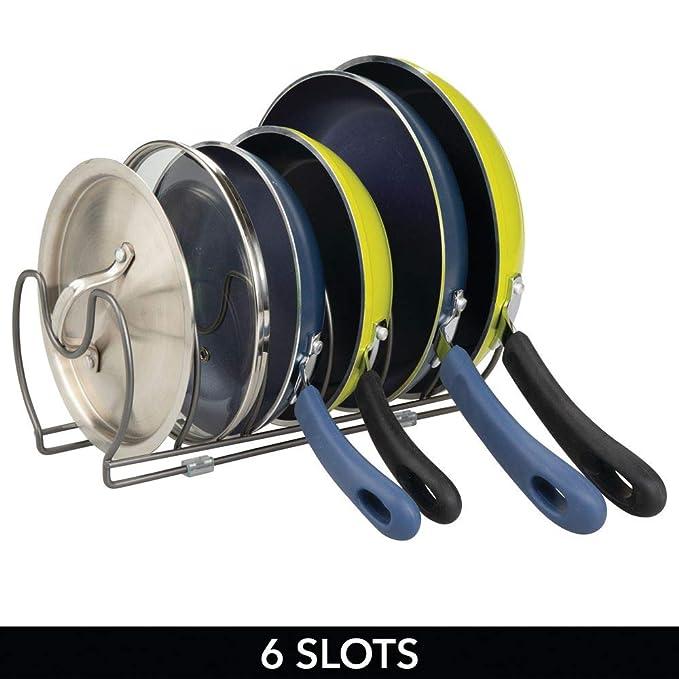 mDesign Soporte para sartenes, tapas y cacerolas - Compacto organizador de tapas de ollas para los armarios de cocina - Estante de metal para utensilios ...