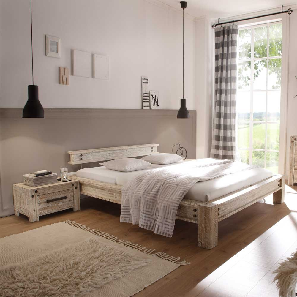 Pharao24 Designerbett im Vintage Style Akazie Massivholz Breite 165 cm inkl. 2 Nachtkommoden Liegefläche 140x200 Stütz-Steg