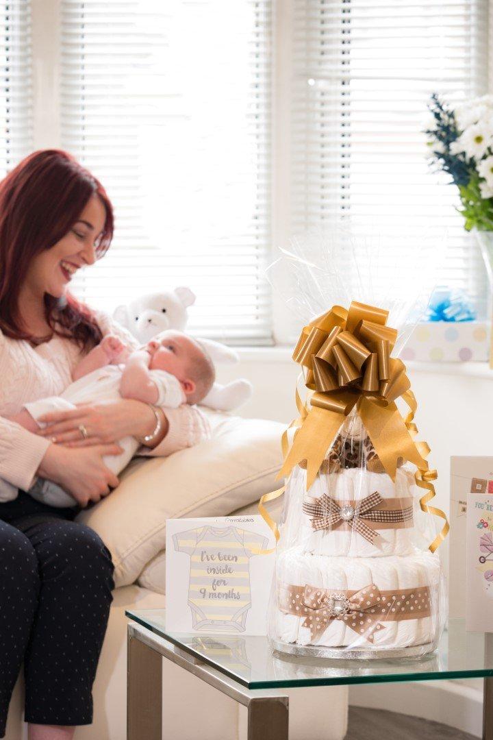Signature à deux étages Gris Unisexe à couches gâteau/panier de bébé Cadeau de Baby Shower/New arrivée Cadeau/envoi rapide Pitter Patter Baby Gifts