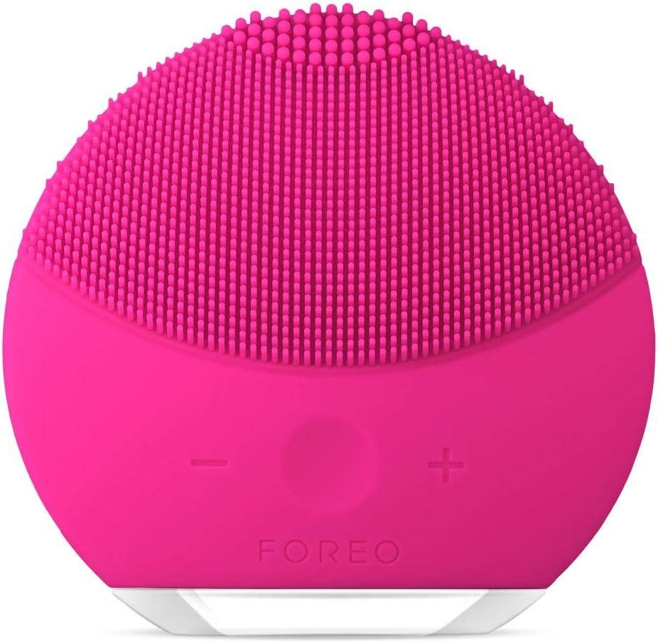 LUNA mini 2 de FOREO es el limpiador facial con modo anti-edad. Un cepillo facial sónico de silicona, para todo tipo de piel |Fuchsia| Recargable a través USB