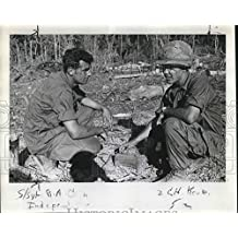 1967 Press Photo Sgt Ra Cain and Capt C H Keuker set up Claymore mine - ora09815