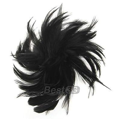 Plumes sur cheveux noirs