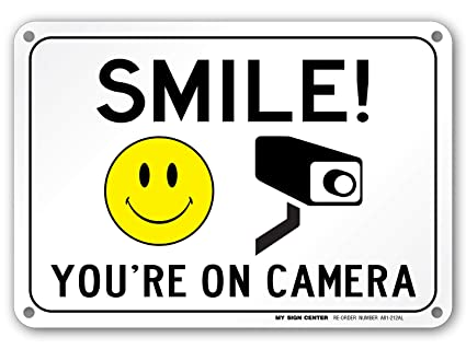 Amazon.com: Sonrisa estás en cámara chapa 10
