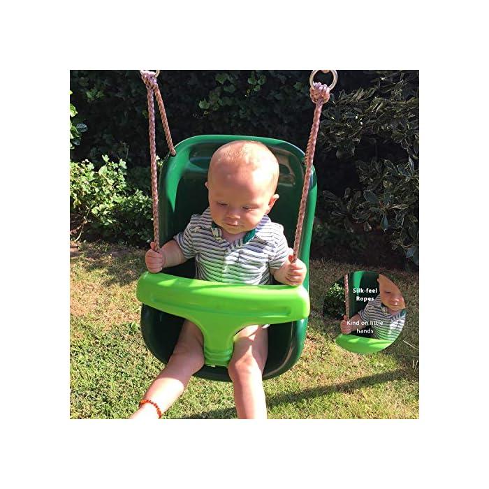 6186K5u%2BjOL Este asiento de columpio para bebés ha sido diseñado pensando en una mayor seguridad. Se puede remover la barra frontal en T rápidamente y fácilmente para un acceso seguro y práctico. El respaldo alto proporciona apoyo a la cabeza del bebé y la correa de seguridad con hebilla asegura su pequeño al asiento mientras se balancea. La fuerte cuerda de polipropileno tiene una superficie brillante similar a la seda que no quemará las manitas de su bebé. Todas las fijaciones están hechas de acero galvanizado.