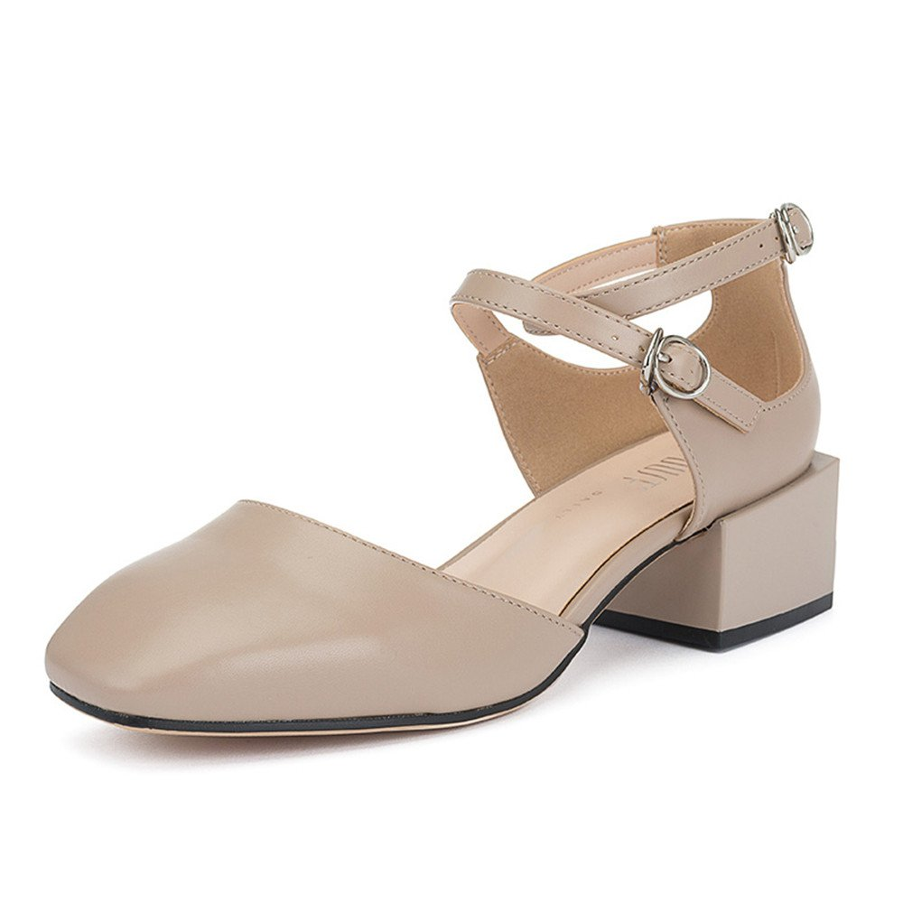 Eine Frau mit Einem Schuh mit Einer Rauhen Ferse