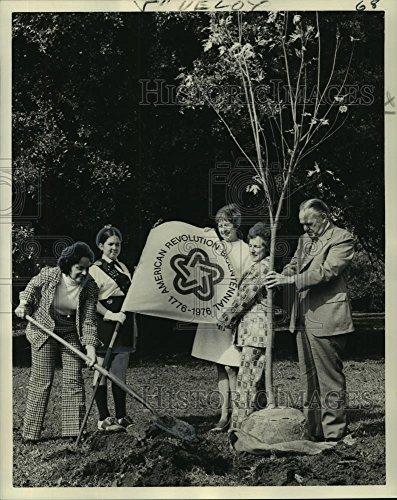 1974 Press Photo Garden Sprouts & Girl Scout Unit Two delegates at City Park - Delegate Unit