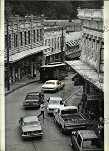 Historic Images - 1985 Press Photo A Four Wheel Trolley in Eureka Springs, Arkansas, Ozark Town.