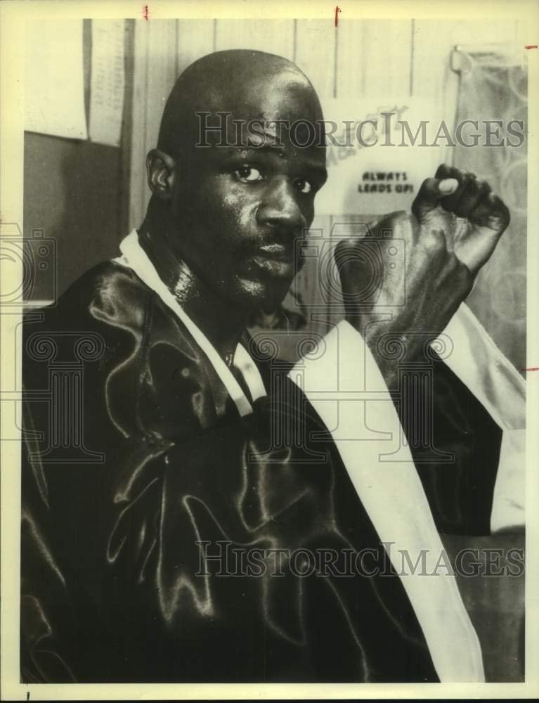 Historic Images 1980 Press Photo Boxer James Scott in Robe Fists Up