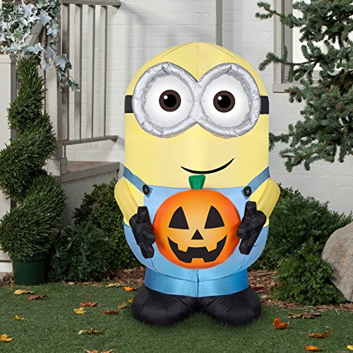 Halloween inflatable Minion Dave Holding Pumpkin By Gemmy