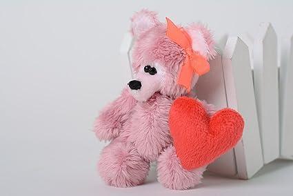 Llavero artesanal con forma de juguete de peluche con corazon de color rosado