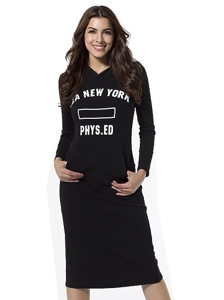 Mujer vestida de negro letra