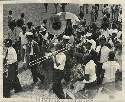 (Historic Images 1974 Press Photo New Orleans Jazz and Heritage Festival-Music at Festival. - 0 x)
