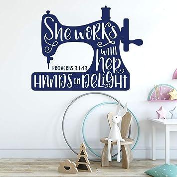 etiqueta de la pared Máquina de coser Ella trabaja con sus manos ...