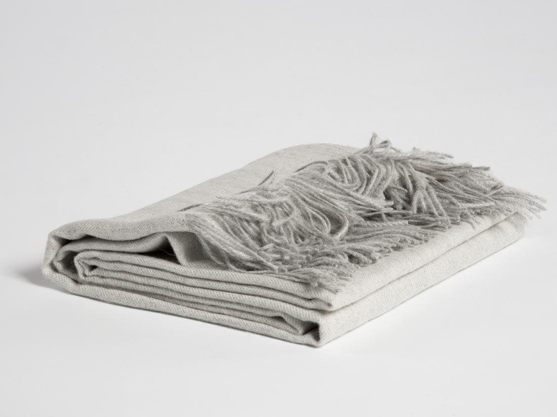 Yumeko Decke - Plaid - Alpakawolle - 130x180 cm - Soft Grau - Grau - Fischgrätenmuster - Naturfarben - ungefärbt - unglaublich weich - super warm - glänzend - ökologisch - Fair Trade