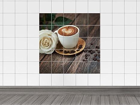 Piastrelle in cappuccino con cuore di cioccolato e rose bianche