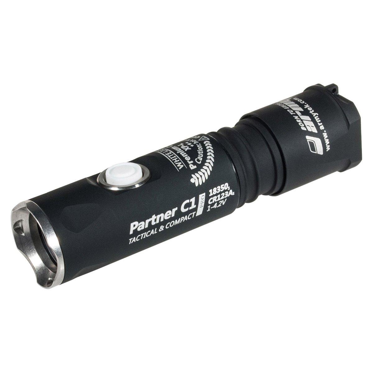 Armytek Partner C1 Pro XP-L (weiß) - 800 Lumen mit 131 Metern Reichweite - Taschenlampe mit Holster, Schlaufe und Clip