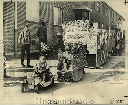 1970 Press Photo 'Carnival in Black' parade, floats, children in costume, Desire - 8.25 x 10 in. - Historic Images]()