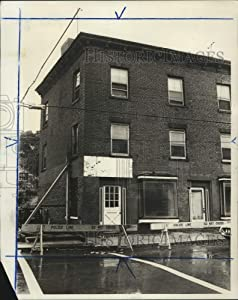 Historic Images - 1975 Press Photo Condemned Building, 800 Castleton Avenue, West Brighton