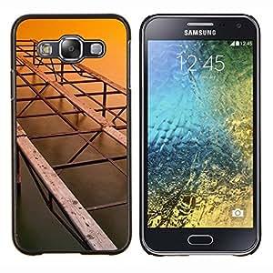 KLONGSHOP // Cubierta de piel con cierre a presión Shell trasero duro de goma Protección Caso - Arquitectura Puente Viejo - Samsung Galaxy E5 E500 //