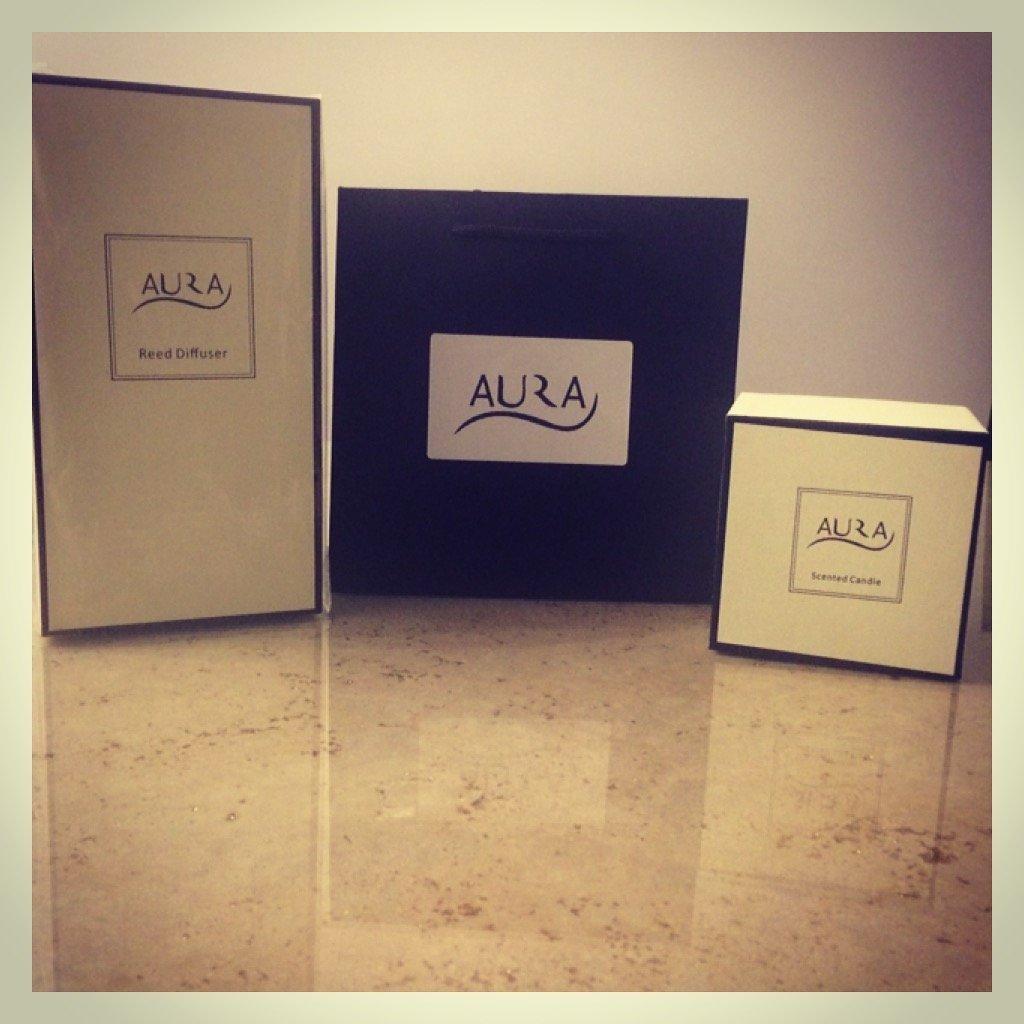Aura Diffuseur de parfum de luxe Ensemble cadeau–Fleur de lilas 120ml, EST Livré avec une bougie parfumée Verre 270g Sweet Berries et gratuit d'une Sac Aura Fragrances