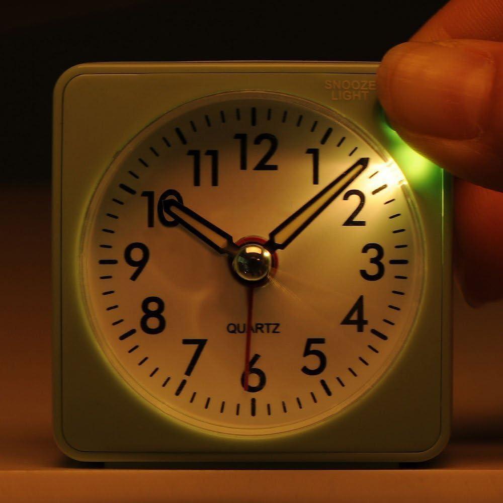 laut kein Ticken Batteriebetrieben ger/äuschlos Mini Wecker Reisewecker mit Nachtlicht Gr/ün ansteigender Weckton Analog Quarzwecker mit Schlummerfunktion
