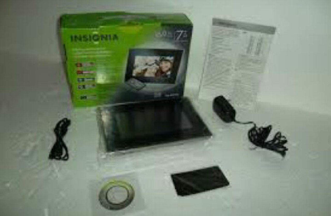 Insignia 7 Widescreen LCD Digital Photo Frame - Black/Silver by Insignia