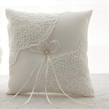 Cojín para alianzas AmaJOY de satén y encajes color marfil. Tamaño 21 x 21 cm. Para portador de alianzas en ceremonias de boda