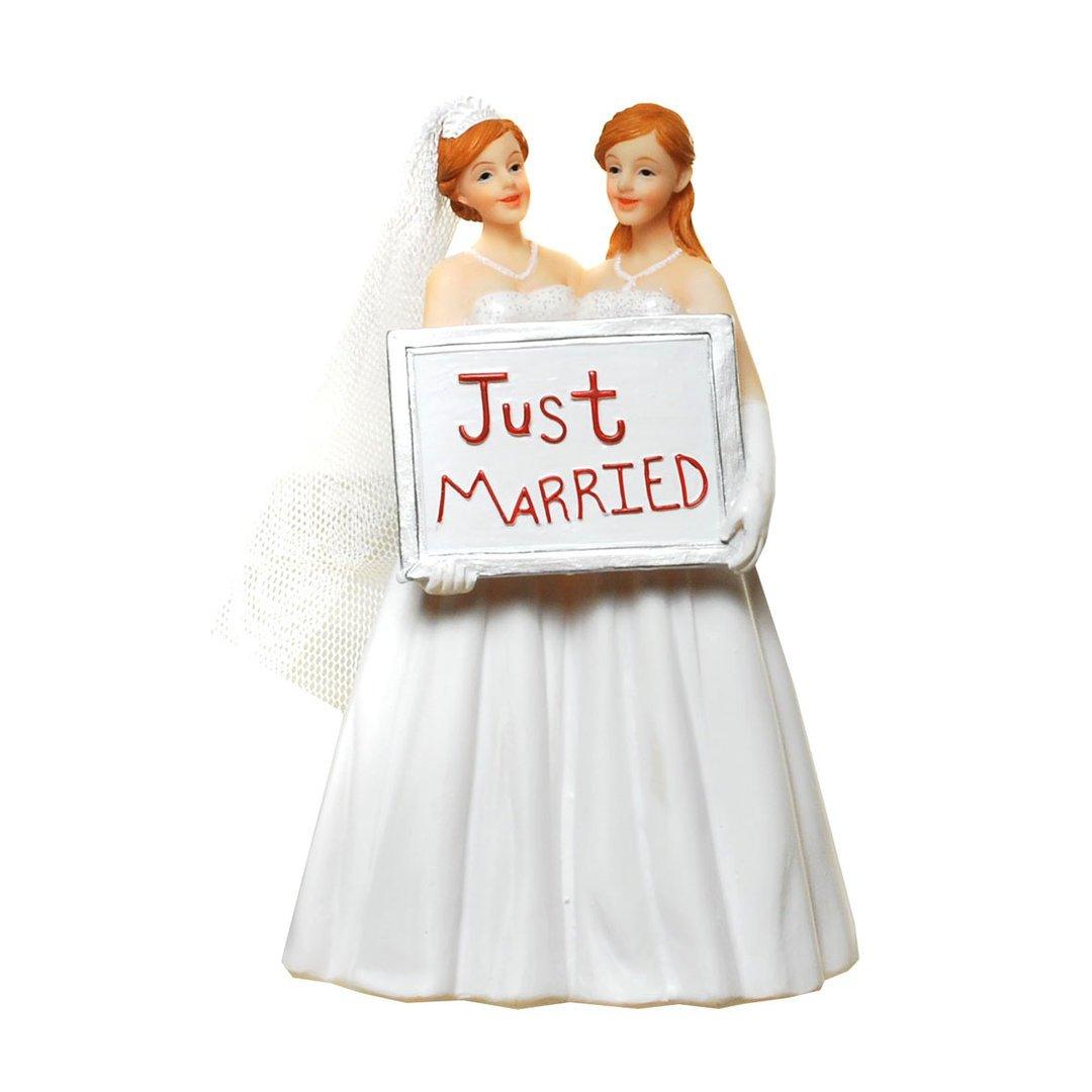 Las mujeres-la novia y el novio con el cartel de