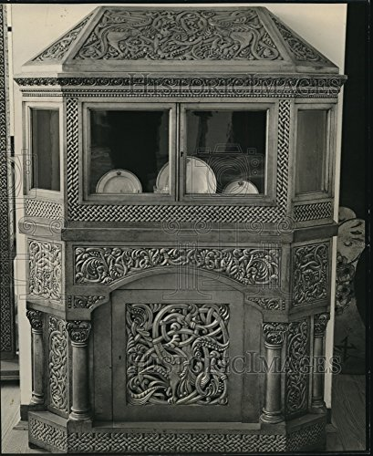 1939 Press Photo The Cabinet shown holds the queen's chinaware in the Museum