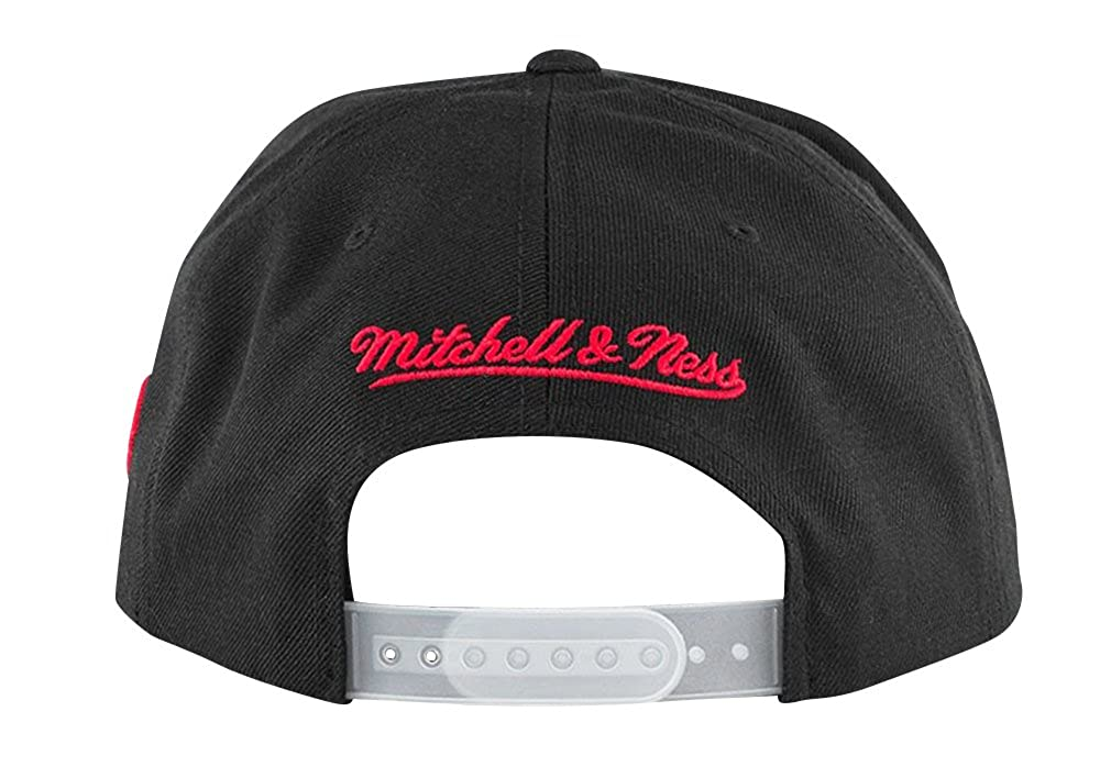 Amazon.com  Mitchell   Ness Men s Chicago Bulls 72-10 Snapback Hat  Clothing 7acf00c1522