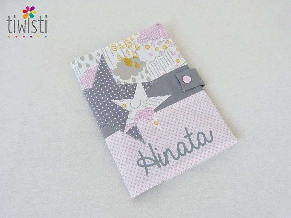 Protège carnet de santé personnalisé rose, gris et blanc, avec prénom de l'enfant, motif étoile, tissu imprimé nuage avec prénom de l'enfant motif étoile tissu imprimé nuage
