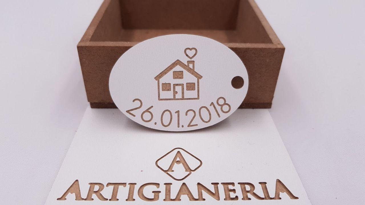 ArtigianeriA - Portachiavi in legno, modelloCASETTA DELL'AMORE, personalizzabile con una data a scelta. Realizzato a mano interamente in Italia. Idea regalo per tutta la famiglia.