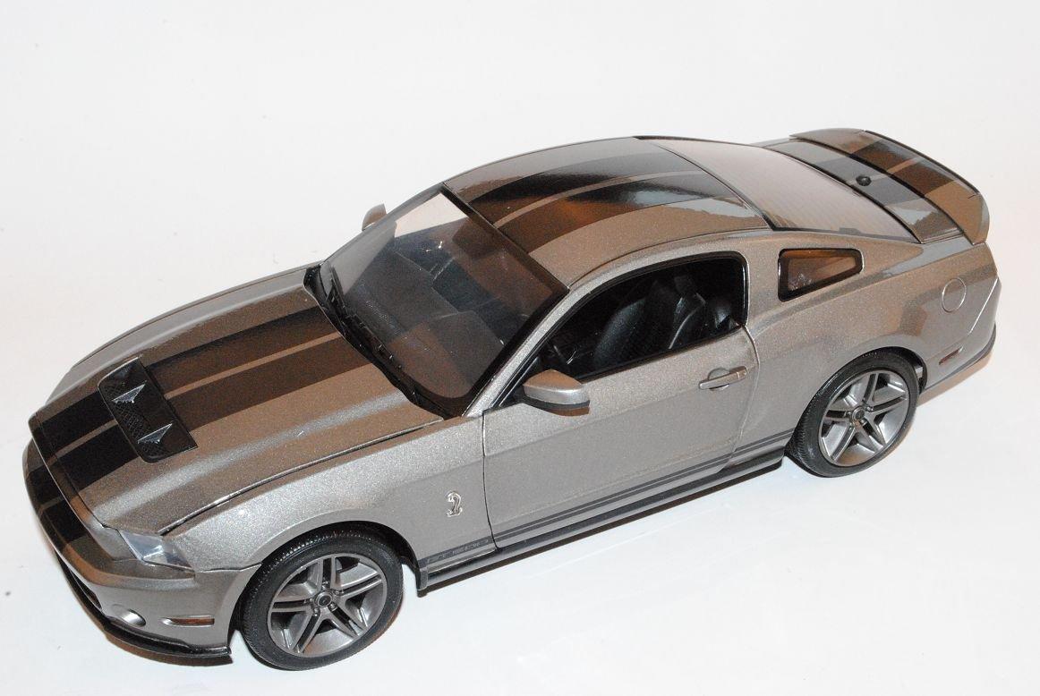 Grünlight Ford Mustang GT500 Coupe 2010 Grau Mit Schwarz Streifen 1/18 Modell Auto mit individiuellem Wunschkennzeichen