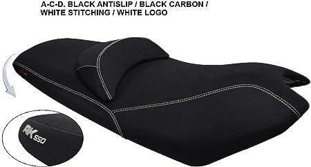 Housse de Selle Kymco AK 550 Noir-Carbon Noir-Couture Blanche-Logo Blanc