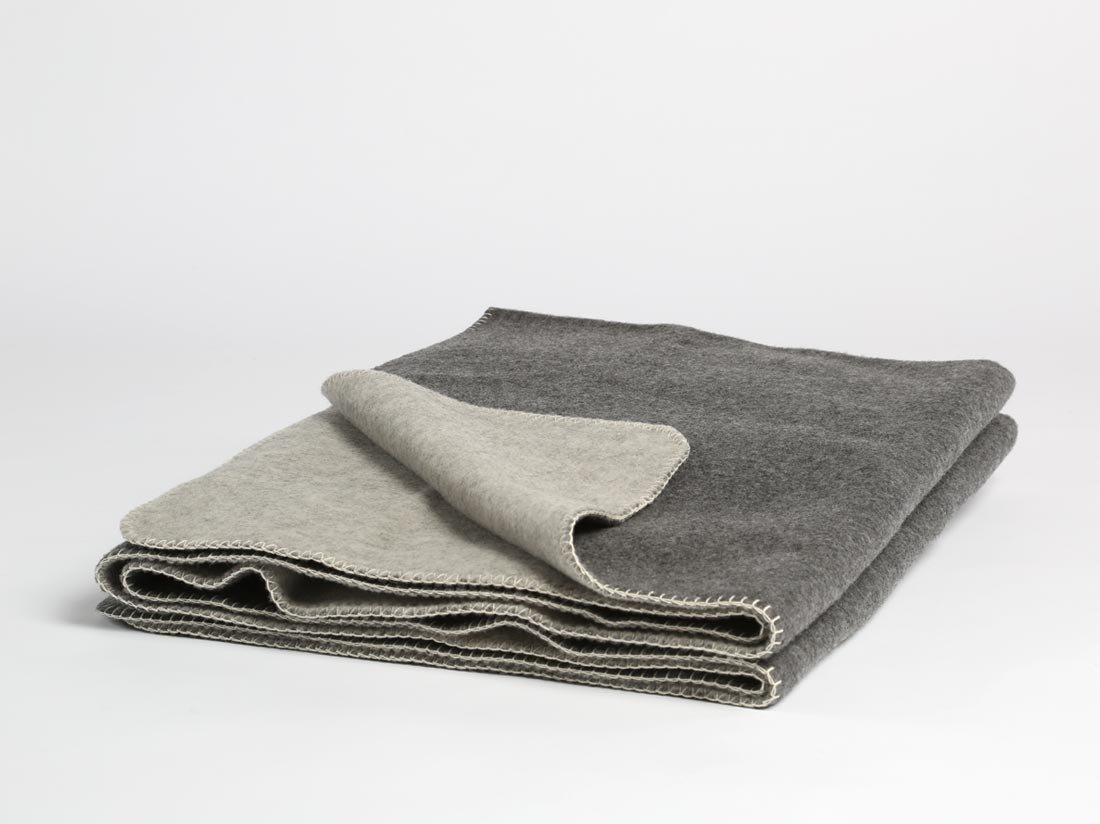 Yumeko Decke - Wolldecke - Merinowolle - 150x220 cm - Naturfarben  Dark Grau Light Grau - Dunkelgrau Hellgrau - warm - feuchtigkeitsabsorbierend - atmungsaktiv - Schurwolle von Merinoschafen - ökologisch