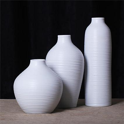 Sala de estar simple moderna decorada con jarrón de cerámica de tres piezas