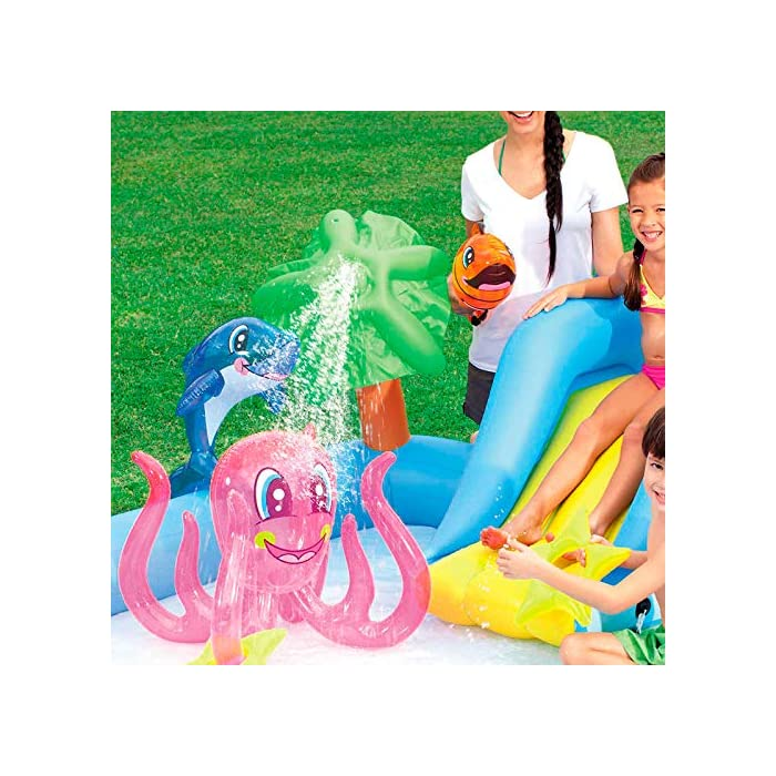 Tiene unas medidas de 239x206x86 cm y soporta hasta 45 kg de peso Se debe conectar a manguera de jardín y tiene una capacidad de 308 litros La palmera rociará agua sobre los niños para divertirse