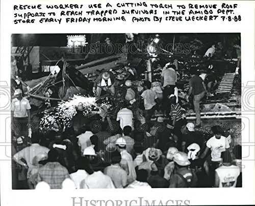 1988 Press Photo Rescue Workers use Torches at Amigo Dept. Store, - Brownsville Stores