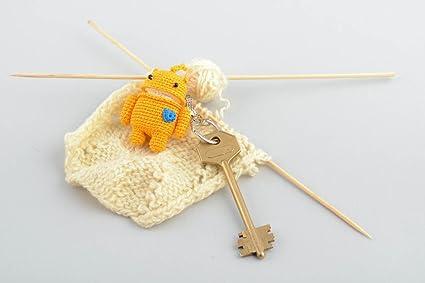 Llavero con peluche artesanal hombrecito tejido amarillo original para ninos