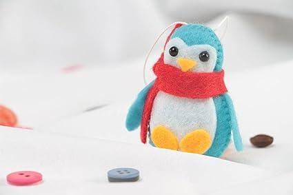 Pequeña decoración colgante de fieltro en forma de pingüino hecha a mano