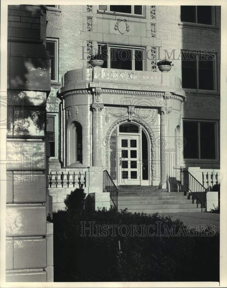 Vintage Photos 1987 Press Photo The Apartment Building Located in Cudahy has Been renovated