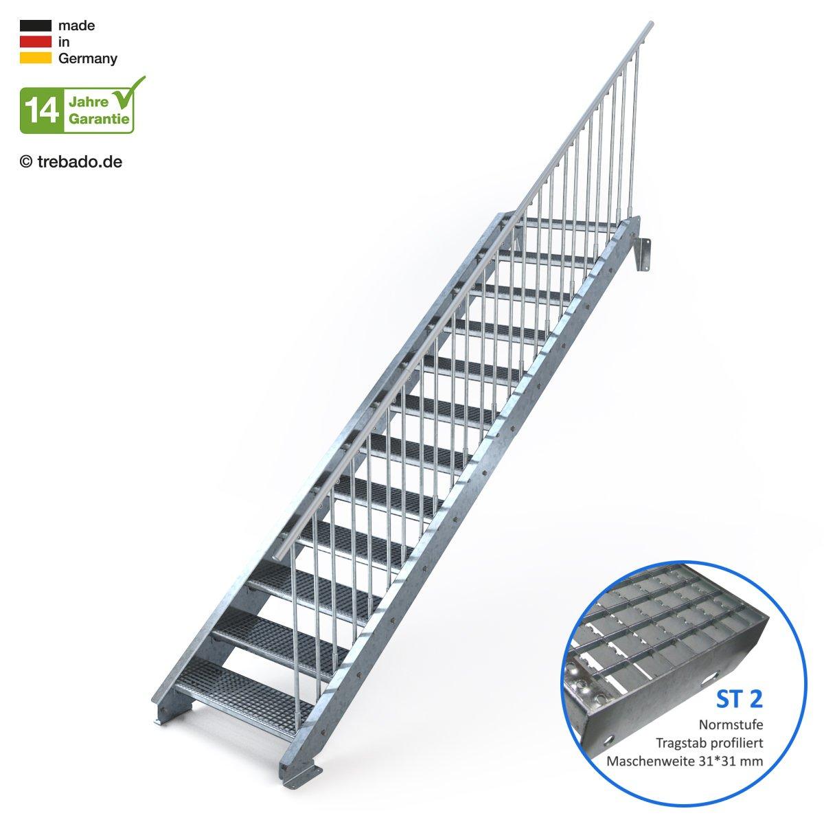 feuerverzinkte Stahltreppe mit 800 mm Stufenl/änge als montagefertiger Bausatz einseitiges Gel/änder rechts Anstellh/öhe variabel von 199 cm bis 240 cm Au/ßentreppe 12 Stufen 80 cm Laufbreite Gitterroststufe ST3