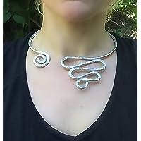 collana girocollo rigida in alluminio martellato