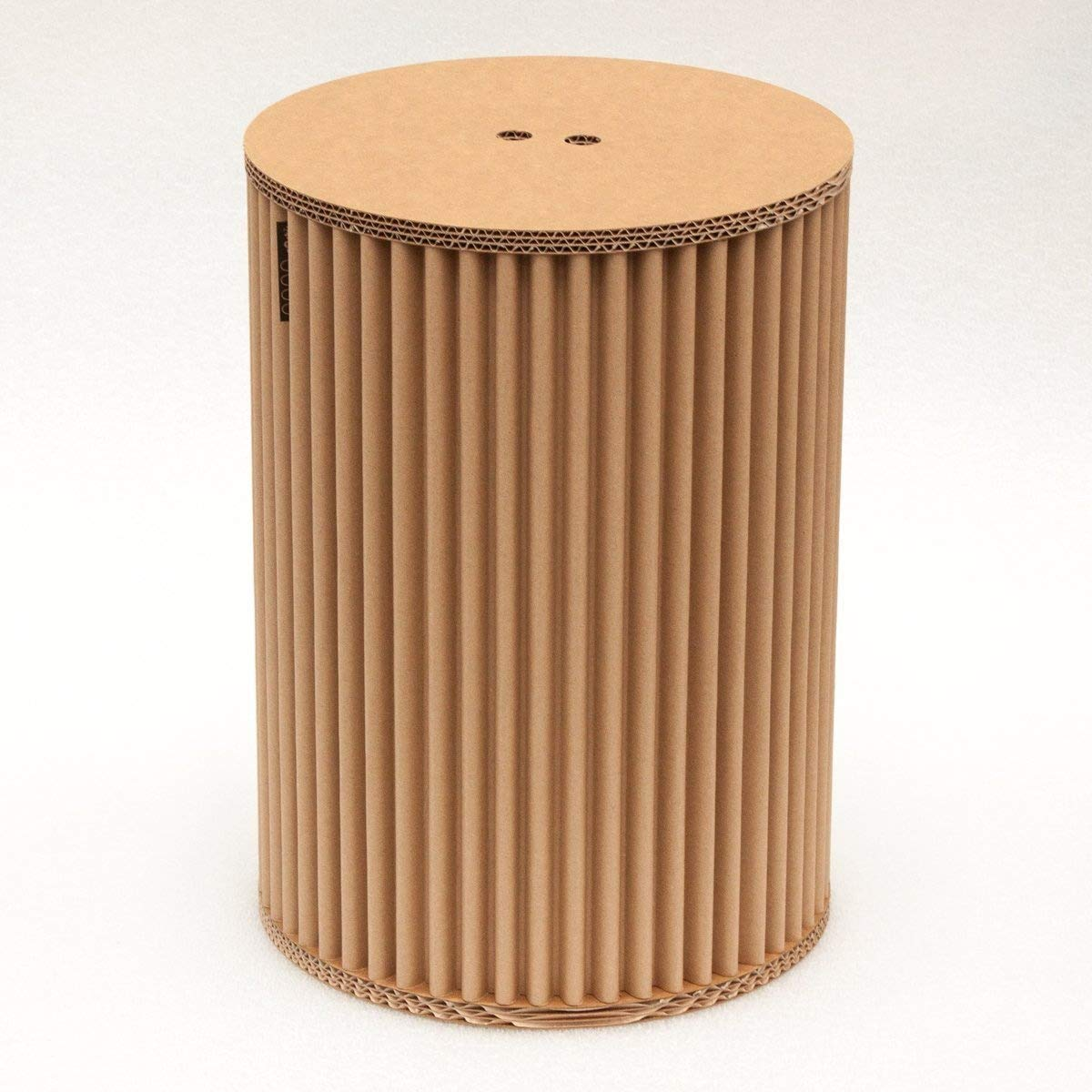 cArtù Hocker: Dieser innovative Hocker ist elegant und umweltfreundlich. Hergestellt aus cArtù, eine neue Art Pappkarton mit einem einzigartigen Design. Einfach aufzubauen in nur 3 Schritten. Maße: 32 cm x 46 cm Grifal SpA