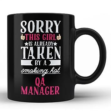 Amazon.com: Girfriend de QA Manager Funny Quote negro taza ...