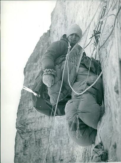Vintage fotográfico de un hombre Cliff Camping con su saco de dormir. taken – alrededor