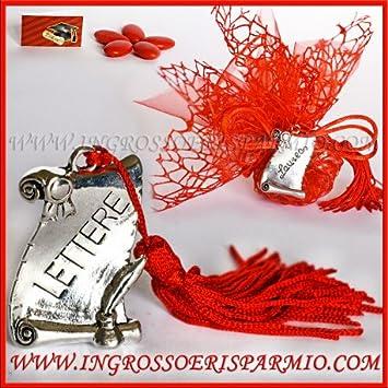 Pletinas de metal plateados con forma de pergamino con grabado texto letras Munite de ojal con Madison roja–Bombonera Graduation y birrete, colgante