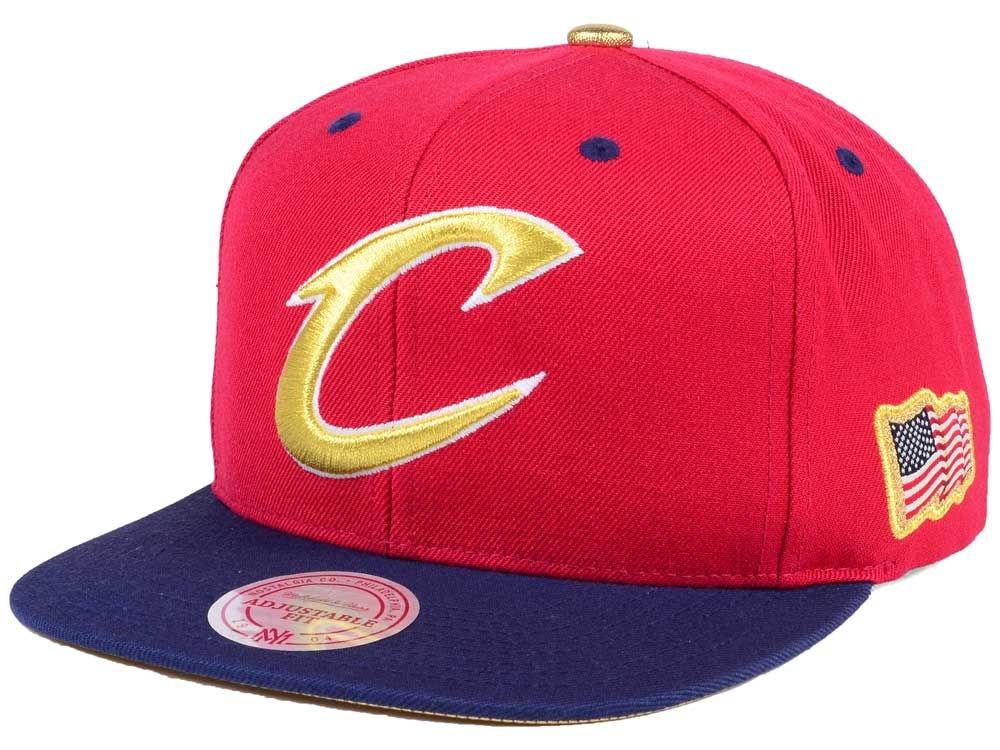 b7c88846135 Amazon.com   Mitchell   Ness NBA USA 2 Tone Gold Logo Adjustable Snapback  Hat Red Navy (Chicago Bulls)   Sports   Outdoors
