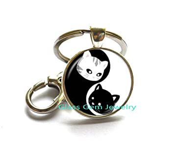 Amazon.com: Yin Yang Gato llavero blanco y negro ocho ...